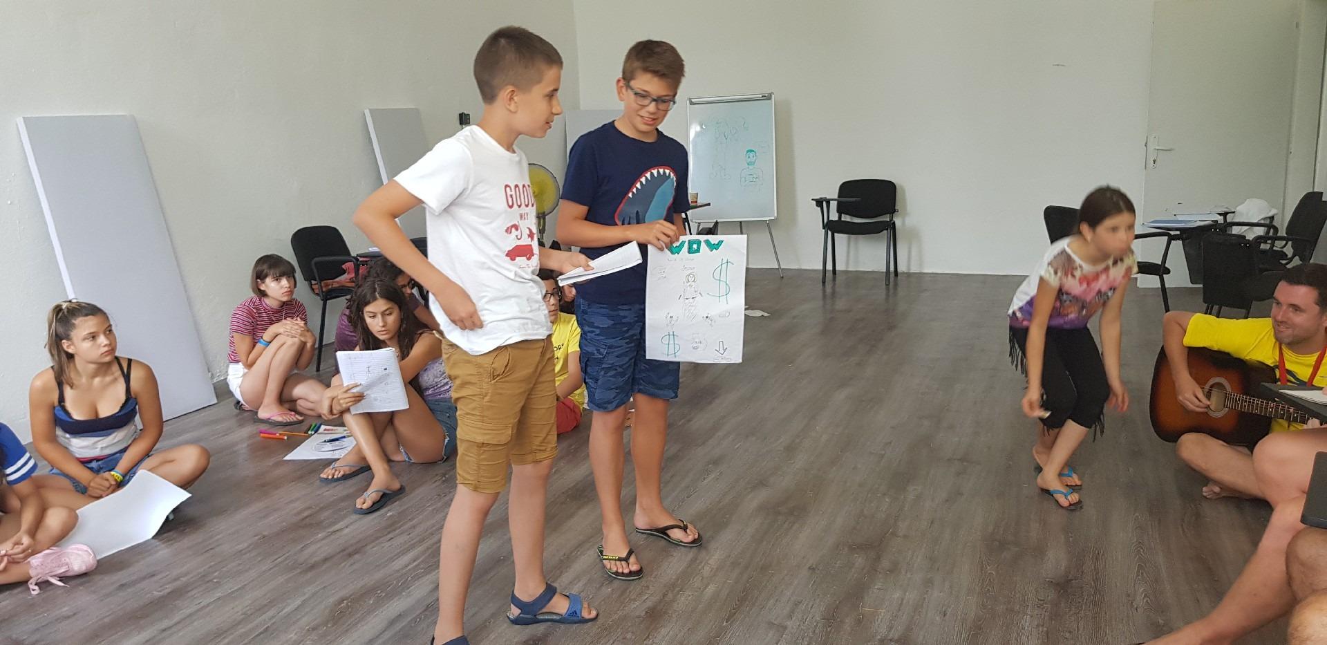 летни езикови лагери за деца Z кемп, ден 31 - сутрешен клас по англойски език, две момчета представят проект
