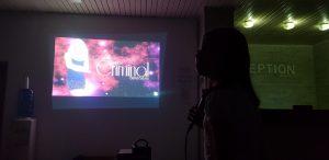 летни езикови лагери за деца Z кемп, ден 31 - караоке вечер, момиче започва да пее песен на Бритни Спиърс