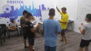 Z кемп, ден 16 - музикална работилница - учител и 4 момчета пеят, подредени в кръг