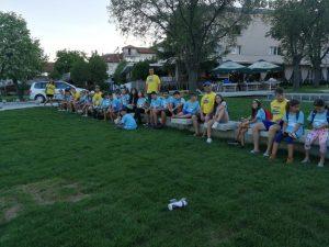 Z кемп, ден 16 - групата е седнала да си почине край градинка по време на следобедна разходка