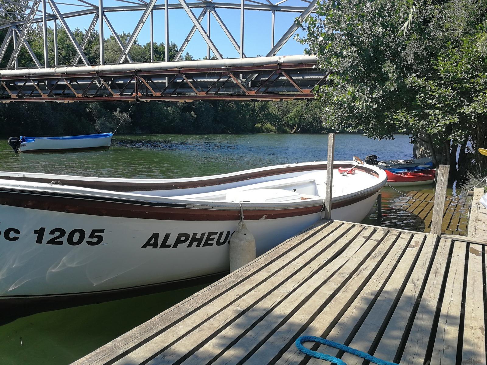 детски езиков лагер на море Z кемп, ден 29 - разходка с лодка по река Велека - лодка на кея, над нея мост