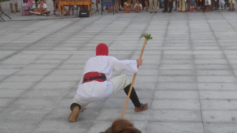 Z кемп, ден 15 - фестивала на музиката и меда в Царево, мъж танцува облечен в носия