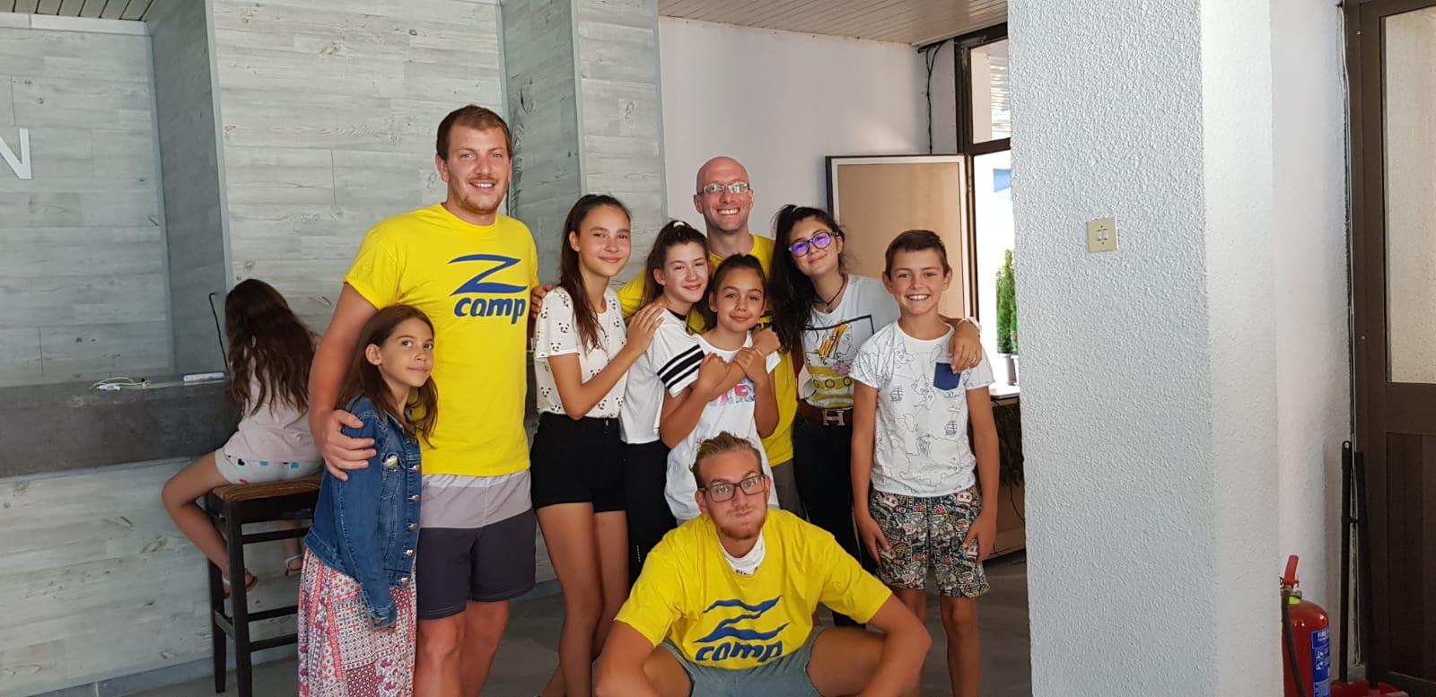 езикови летни лагери за деца Z кемп, Ден 25 - снимка на група деца с учителите във фоайето