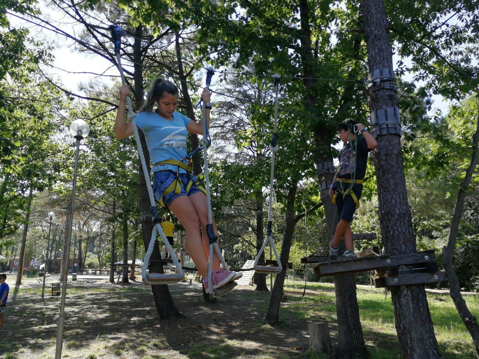 езикови ваканции на море Z кемп, Ден 36 - X-Challenge, момиче и момче, препятствие с висящи стъпала