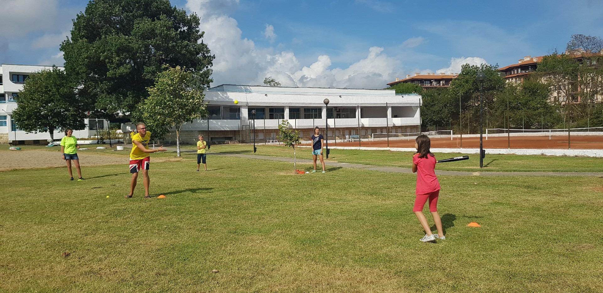 летни езикови лагери в България Z кемп, Ден 34 - игра с топка и бухалка - учител хвърля топка