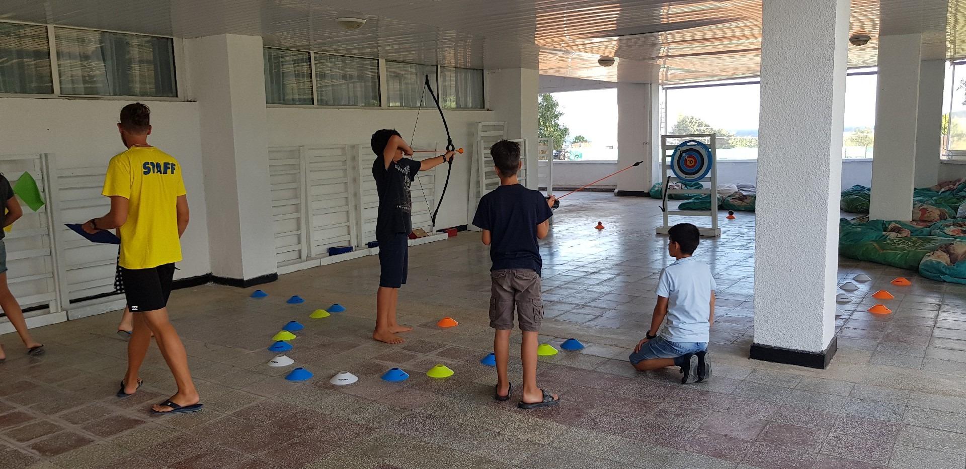 летни езикови лагери в България Z кемп, Ден 34 - стрелба с лък - три момчета играят
