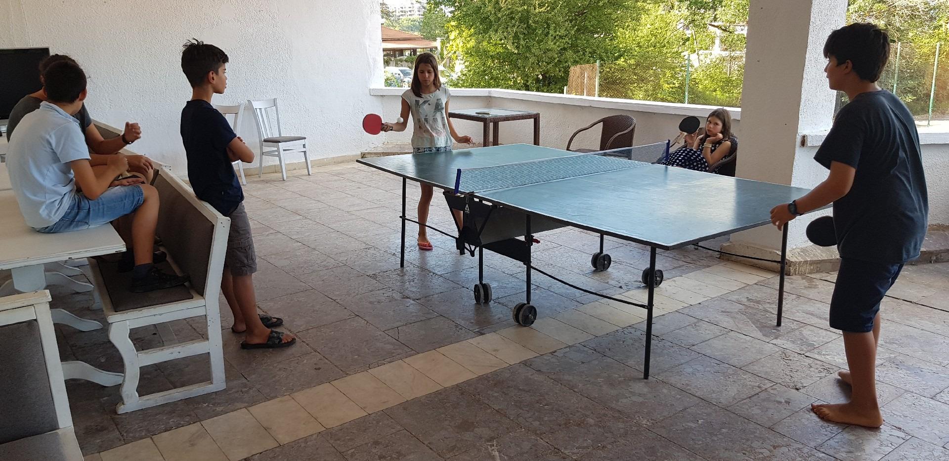 летни езикови лагери в България Z кемп, Ден 34 - тенис на маса - момче и момиче играят