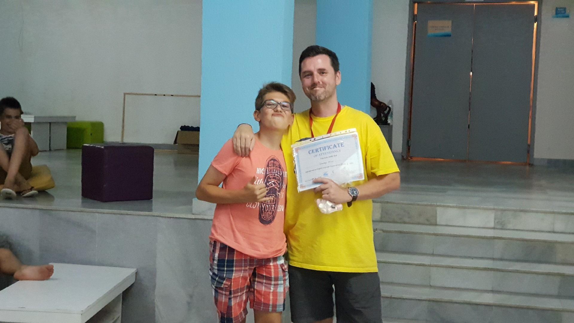 летни езикови лагери за деца Z кемп, Ден 38 - последна вечер - момче получава сертификат по английски