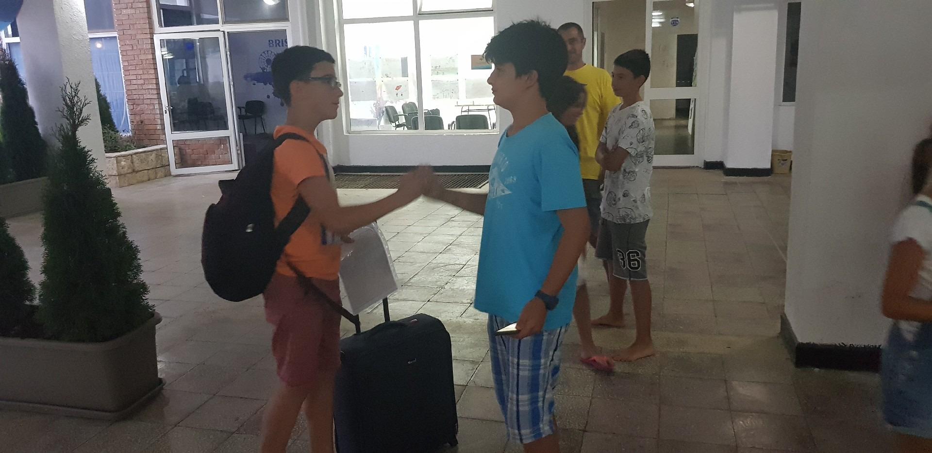 летни езикови лагери за деца Z кемп, Ден 38 - последна вечер - момче с куфар се сбогува с друго момче